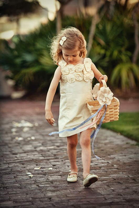 wedding flower girl ideas tossing petals