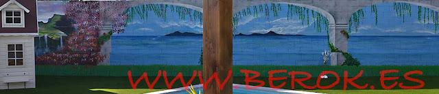 graffiti de puente con columnas y mar de fondo