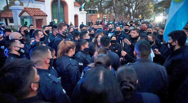 cientos de policias en Olivos