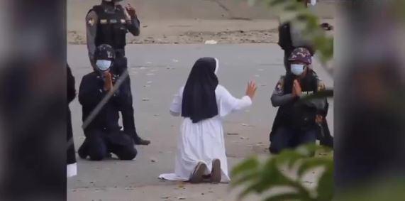 Suster Ann Roza di Myanmar Kembali Berlutut Minta Polisi Tidak Tembak Demonstran