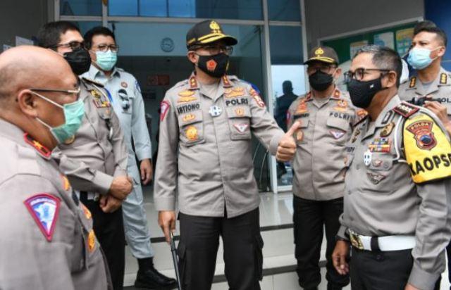 Kakorlantas Polri Irjen Pol Drs. Istiono, M.H, saat melakukan patroli pengamanan lalu lintas di pos  Gerbang Tol Brexit Brebes Timur, Jawa Tengah