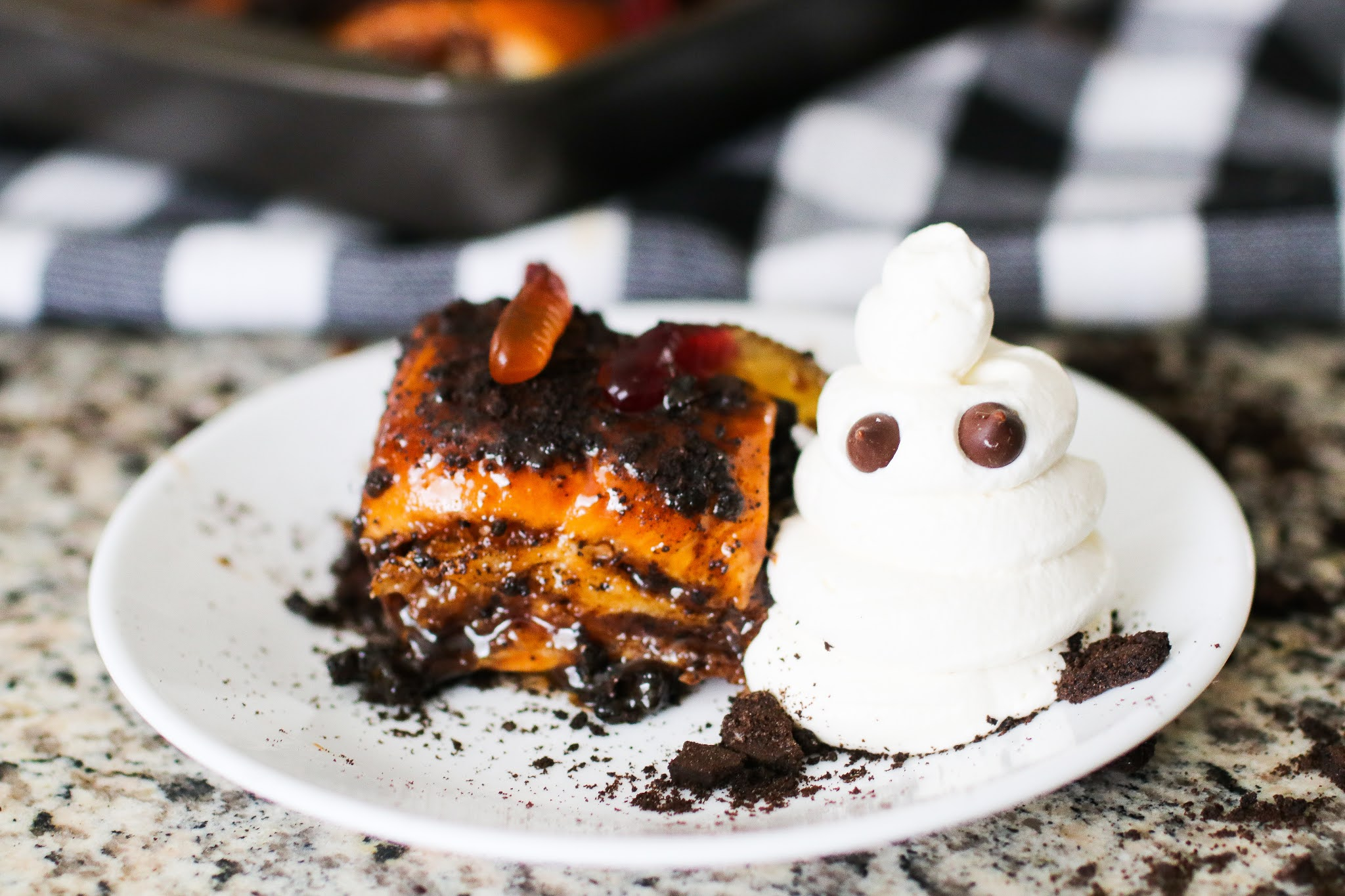 Halloween homemade sticky buns. Halloween treat recipes. Easy halloween recipes. The best halloween party treats. Halloween snack ideas. Halloween party food. Spooky halloween treats for kids. #kids #fun #Party #halloween #chocolate #baking #familyfun