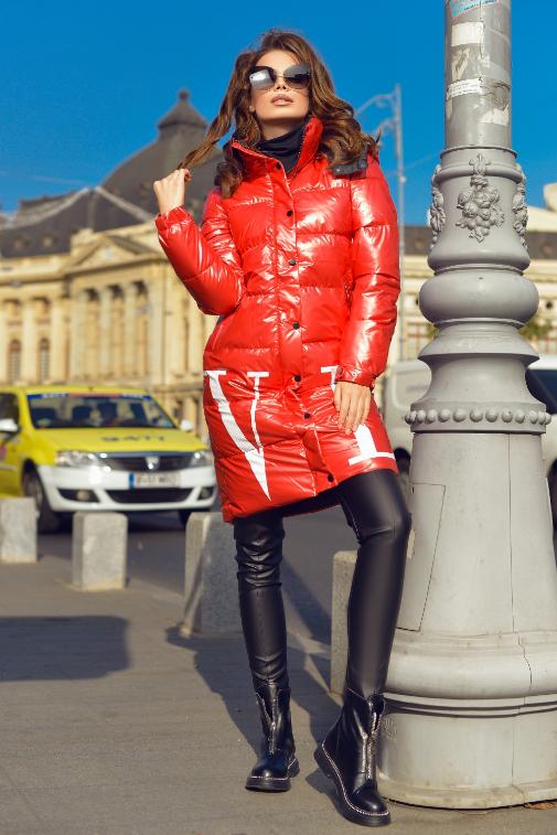 Geaca lunga rosie de femei din fas la moda cu gluga
