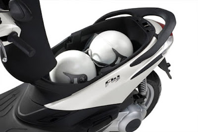 New 2016 Piaggio Fly 125cc Scooter boot space image