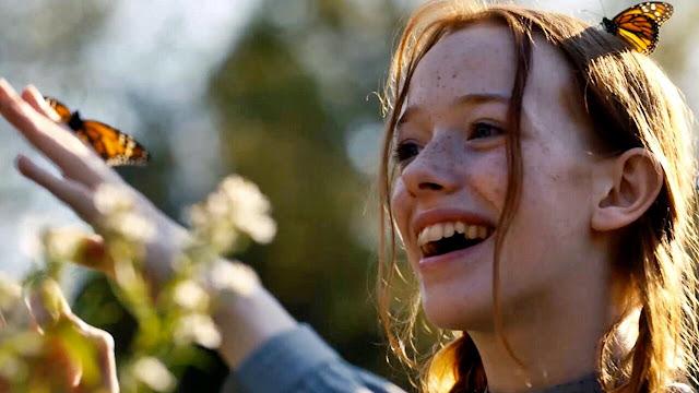 """Ania podziwia motyla """"Ania, nie Anna"""""""