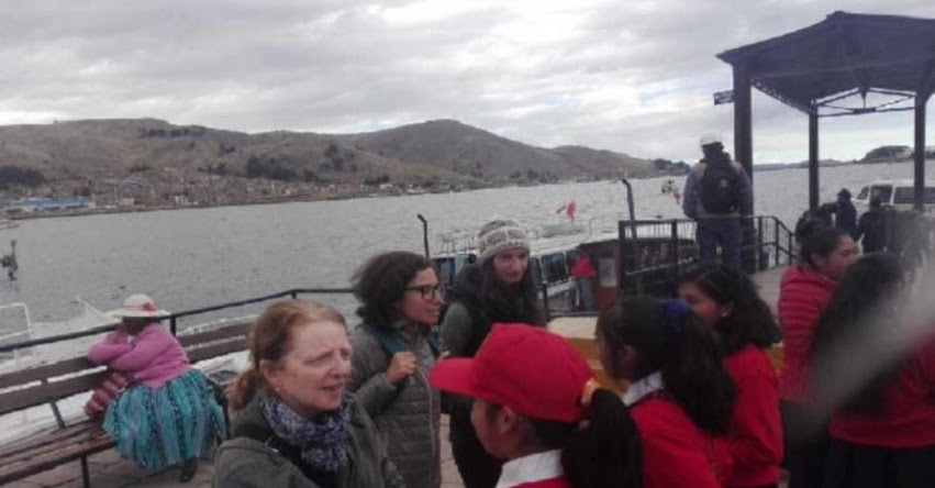 Estudiantes del COAR Puno practican inglés conversando con turistas en las orillas del lago Titicaca