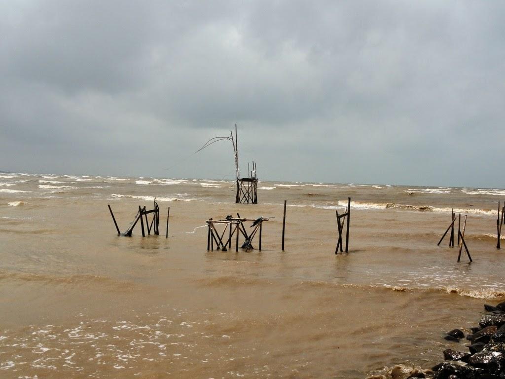 Air keruh karena ombak laut