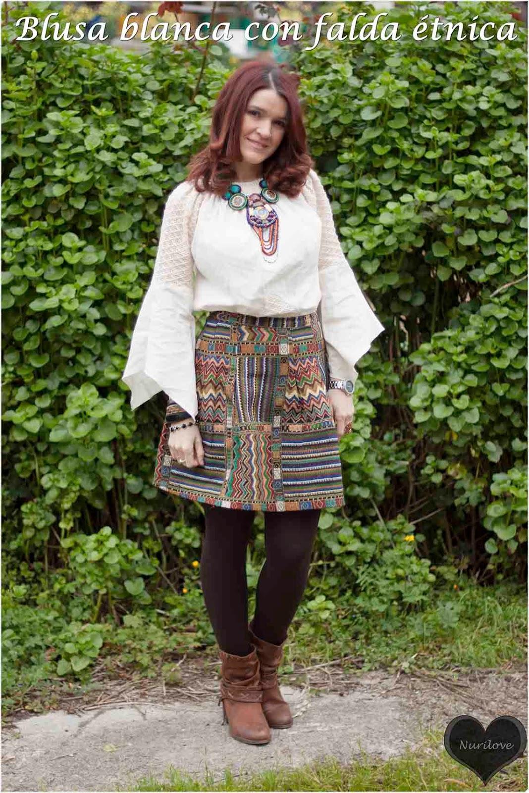 blusa blanca mexicana combinada con una falda y collar etnicos