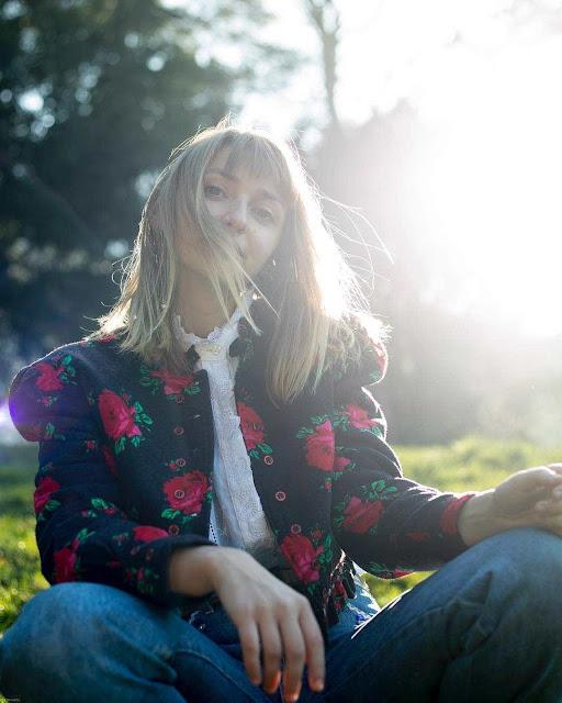 Mackenzie Leighton puise dans ses racines folk pour un album résolument moderne