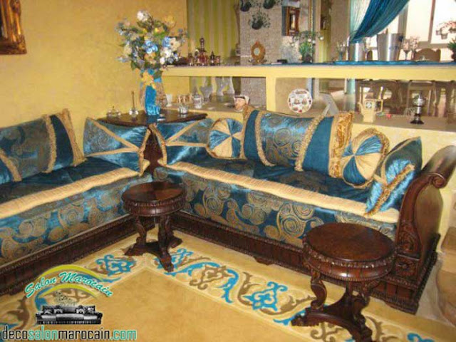 Salon marocain traditionnel / des tables, des coins et des banquettes...