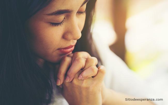 Mujer orando - Valor de la oración