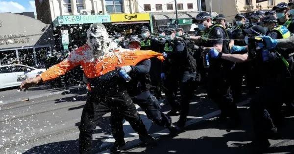 Ξεσηκώθηκαν οι Αυστραλοί κατά των στρατοπέδων COVID και των απαγορεύσεων: «Δεν πάει άλλο»! (vid)