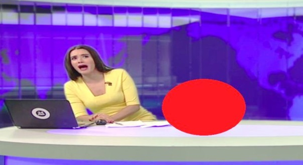 (VIDEO) Tengah LIVE, Tiba² Ada Sesutu Muncul Di Sebelah Pembaca Berita Ini Bikin KECOH Studio !!!
