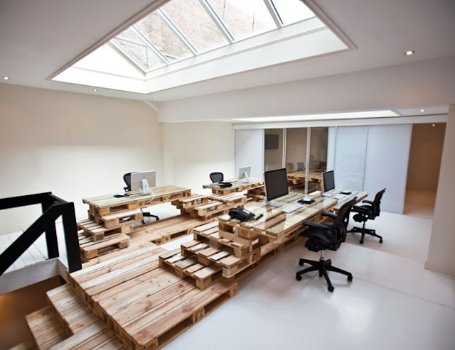 Desain interior kantor dengan palet bekas