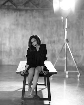 Caterina Balivo foto seduta sul tavolo