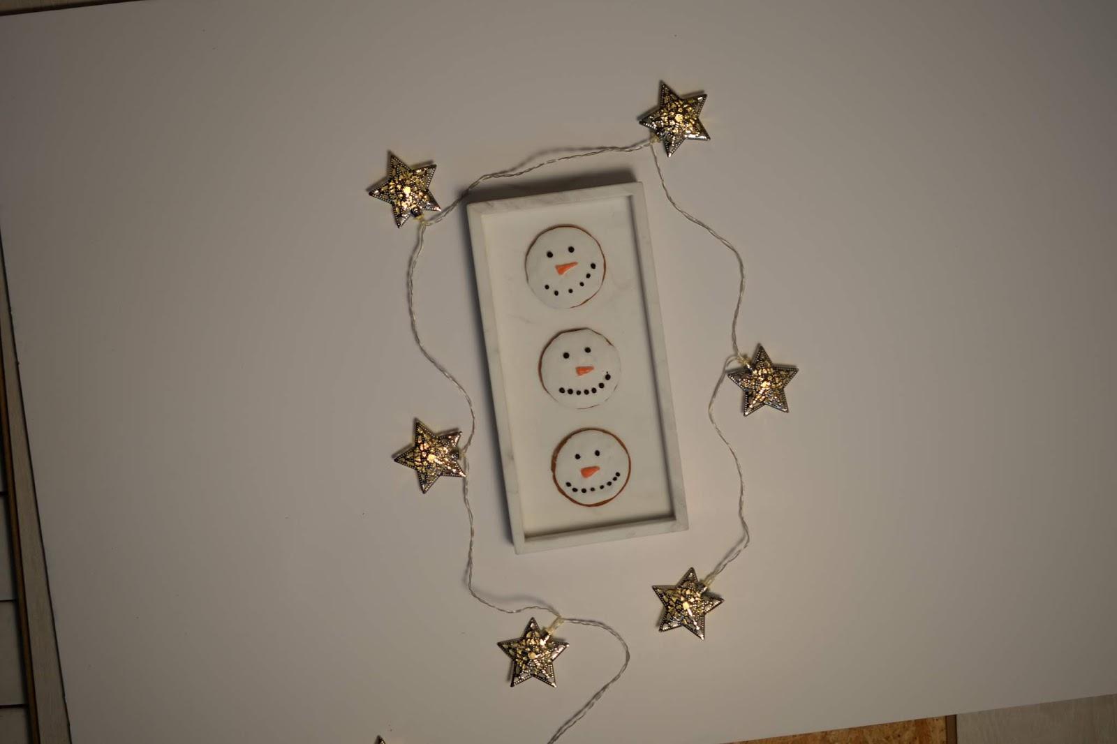 Lumiukko-piparit flatlay kuva