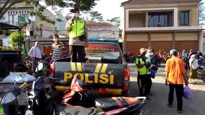Polsek Rembang Berikan Himbauan Pengunjung Pasar Dengan Pengeras Suara