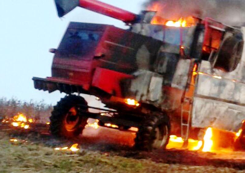 Colheitadeira com problemas mecânicos pega fogo na zona rural de Jangada