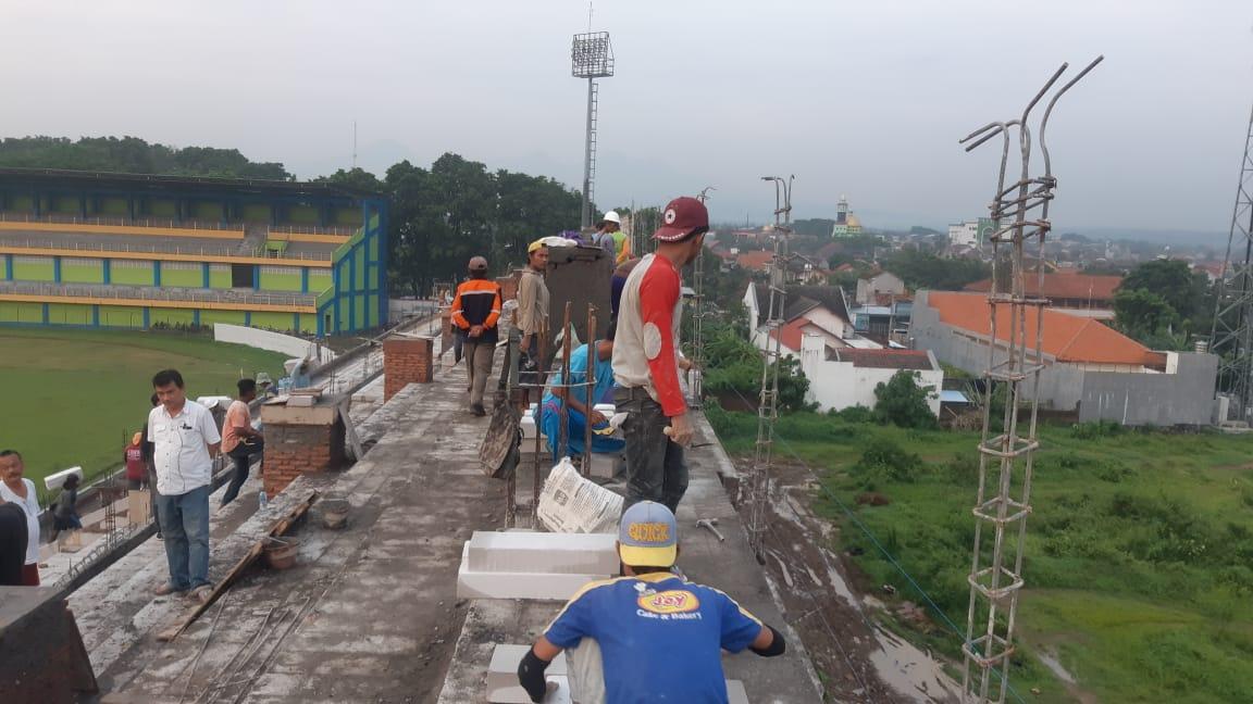 Tembok Tribun Stadion Wergu Roboh Diterjang Hujan Angin