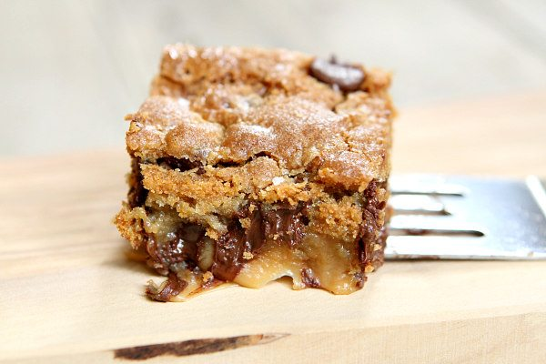 Salted Caramel Chocolate Chip Cookie Bars #cookies #cakes #desserts #bars #caramel