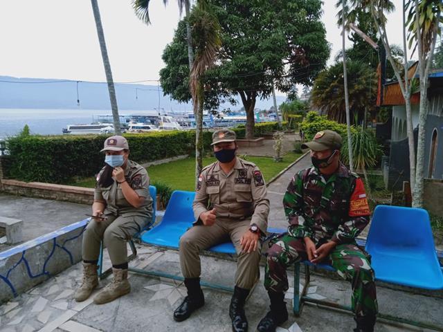 Bersama Dengan Anggota Satpol PP, Personel Jajaran Kodim 0207/Simalungun Jalin Silaturahmi Deengan Cara Komsos
