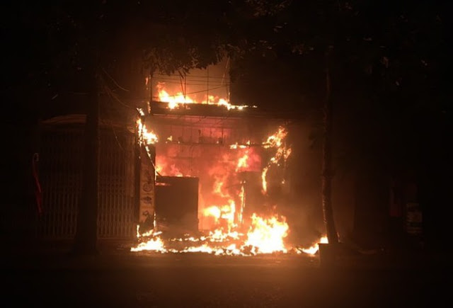 Ngọn lửa bốc cháy dữ dội ở nhà 3 tầng. Ảnh: N.D.