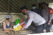 Kapolsek Cisoka Berikan Bantuan Sembako Kepada Nenek Mirah