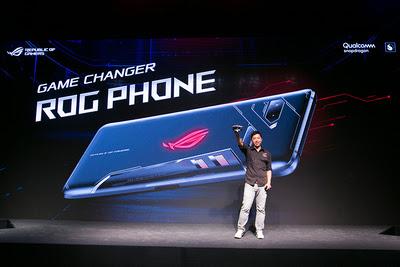 homem segurando celular asus rog phone