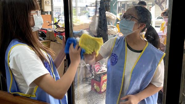 勇父咬牙獨撐一家2子植物人 僑泰中學學生助大掃除