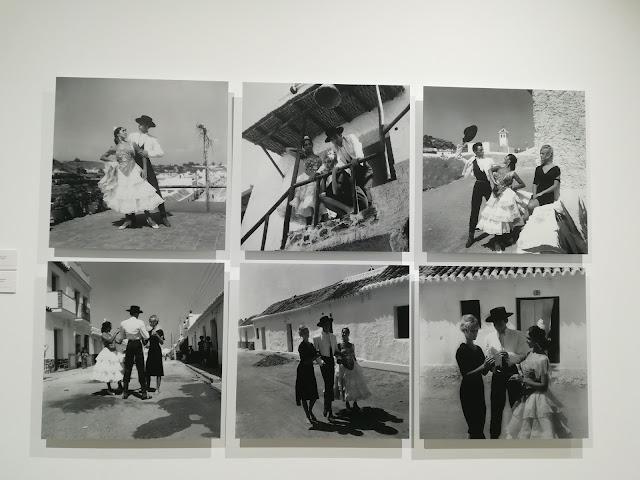 """Brigitte Bardot con una pareja de """"bailaores"""" flamencos en La Carihuela de Torremolinos en un descanso del rodaje de """"Los Joyeros del Claro de Luna"""""""