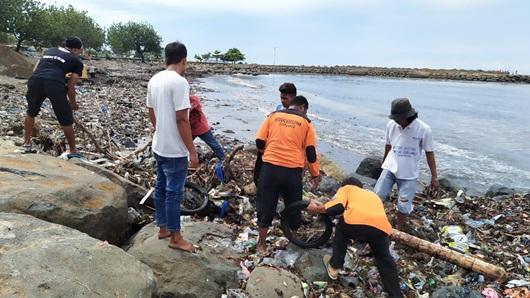 Sampah Menumpuk di Pantai Kota Padang Gara-gara Curah Hujan Tinggi dan Air Laut Pasang