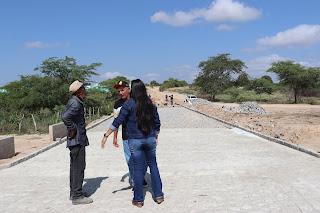Em Baraúna, prefeito vistoria obra de pavimentação que dá acesso ao cemitério local