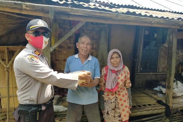 Kapolsek Sukaresmi Salurkan Bantuan Ke Warga Terdampak Covid-19 di 11 Desa