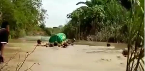 Miris, Warga Berenang Bawa Kerenda Jasad ke Pemakaman