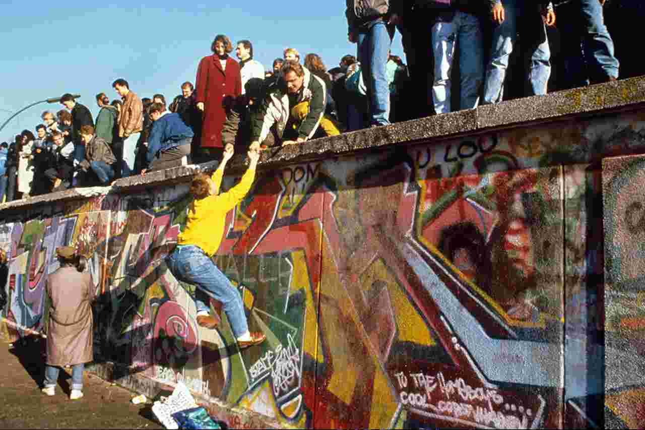 Parte do Muro de Berlim é demolida