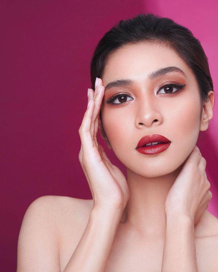 Detail riasan wajah Mikha Tambayong. Instagram   @harionohalim