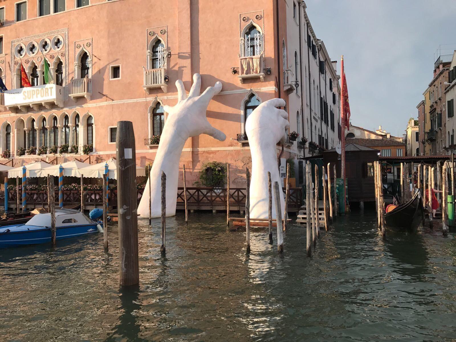 Памятник в канале Венеции, Италия