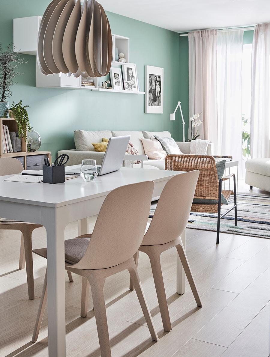 novedad catálogo ikea 2020 the lab home España salón comedor con mesa blanca y sillas beige ODGER