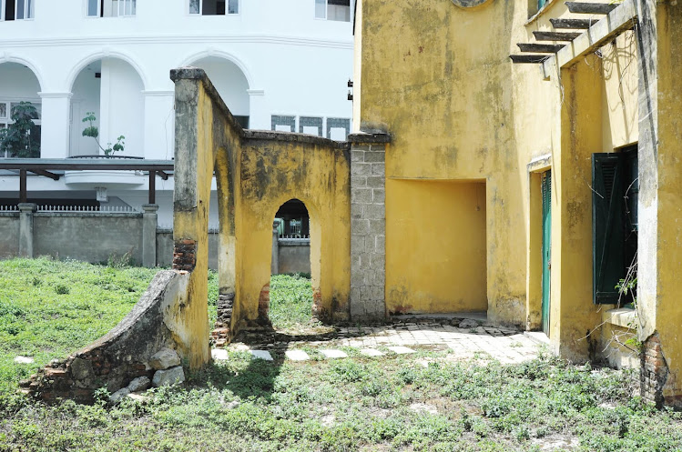 Chi tiết phần cổng vào  biệt thự bỏ hoang đẹp như mơ ở Đà Lạt