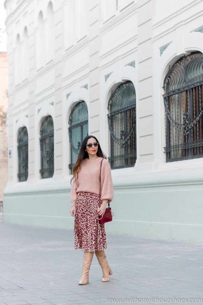 tendencias streetstyle Influencer blogger valencia con look urban chic comodo estiloso falda plisada botas altas
