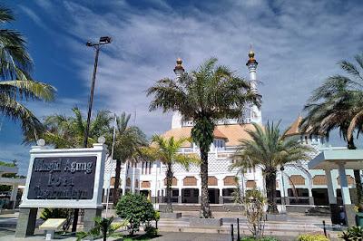 Kurma di halaman depan Masjid Agung Kota Tasikmalaya