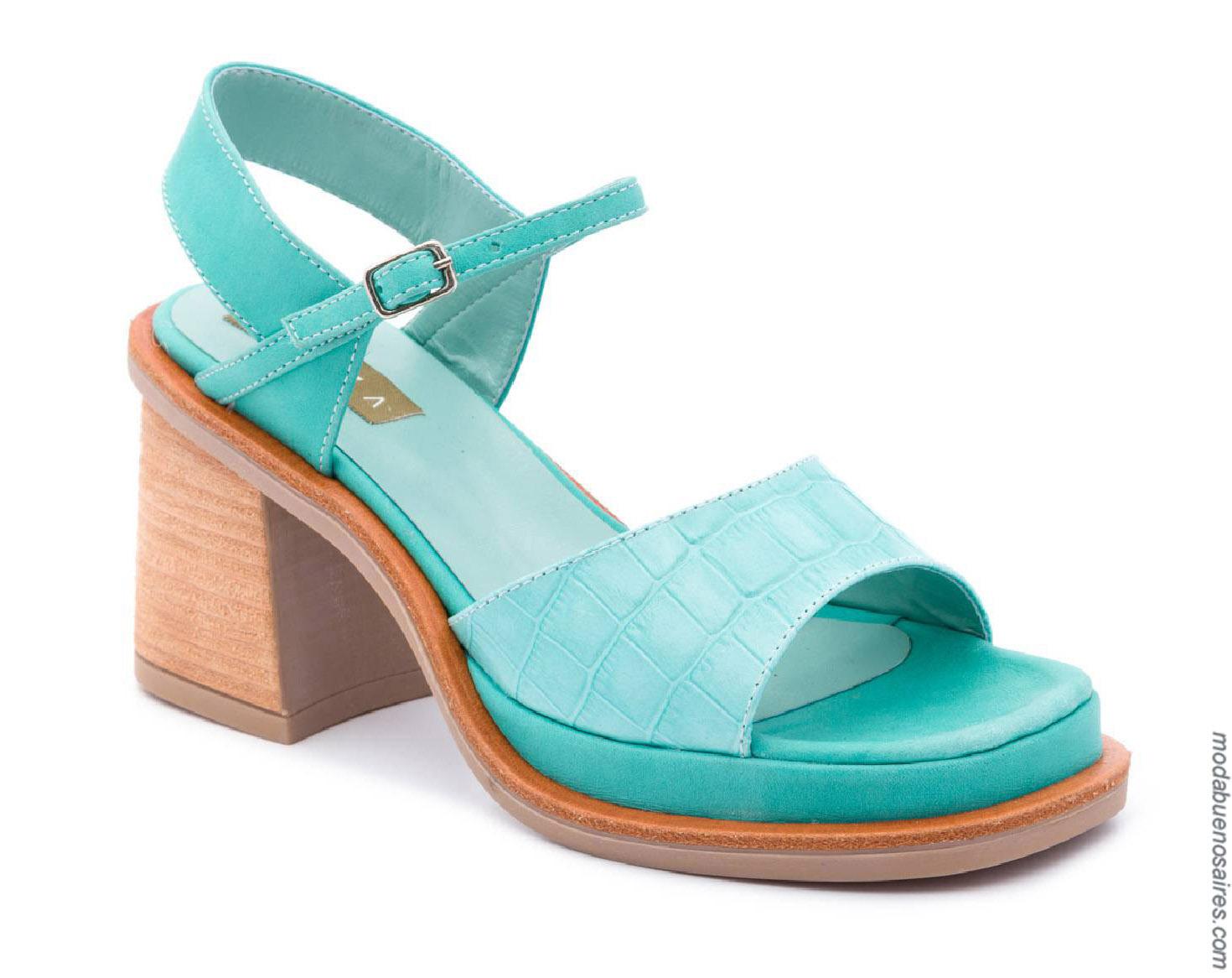 Moda primavera verano 2020 sandalias.