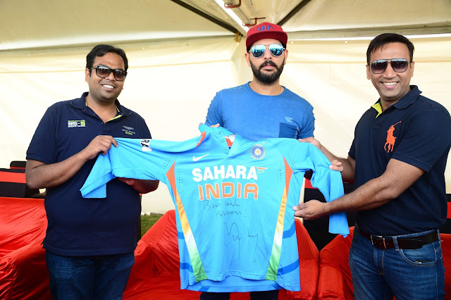 Yuvraj Singh with the Jersy