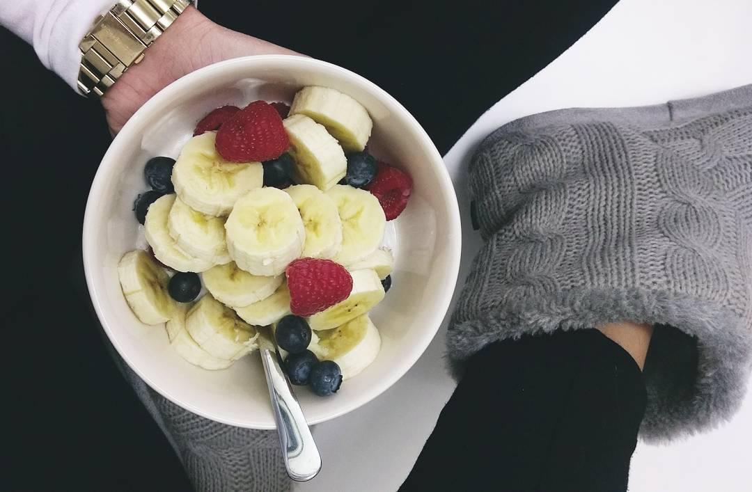 bílý jogurt s ovocem