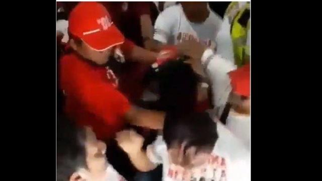 Pendukung Jokowi Tertangkap Kamera Suntrungi Kepala Pria yang Acungkan Dua Jari
