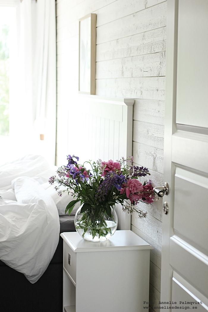 pioner, pion, iris, blommor, bukett, trädgården, trädgård, buketter, vas, rund vas, runda vaser, sovrum, vitt, inredning, inredningsblogg, blogg, bloggar, webbutik, webbutiker, webshop, annelies design, svart och vitt,