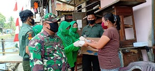 Jumat Berkah, Persit KCK   3 Matraman Kodim 0505/JT bagikan 100 Nasi Kotak