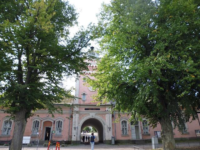 Una de las puertas de acceso a la isla de Suomenlinna (Helsinki) (@mibaulviajero)