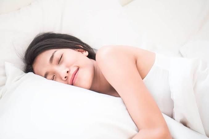5 Manfaat Tidur Malam Tanpa Memakai Bra