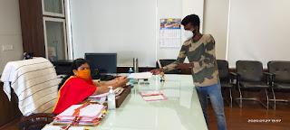 छोटाउदयपुर के चिकित्सकों के खिलाफ कार्यवाही को लेकर पडित के परिजन ने कलेक्टर को सोपा ज्ञापन